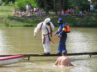 Následovaly soutěže v běhu po lávce přes rybník